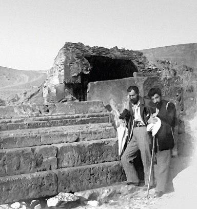 Ованес Туманян (слева) и Аветик Исаакян во время раскопок армянского города Ани в 1901 году