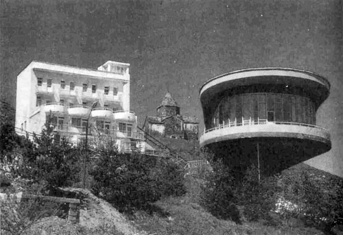 Для отдыха писателейв 1930-х годах на полуострове был построендомотдыха.