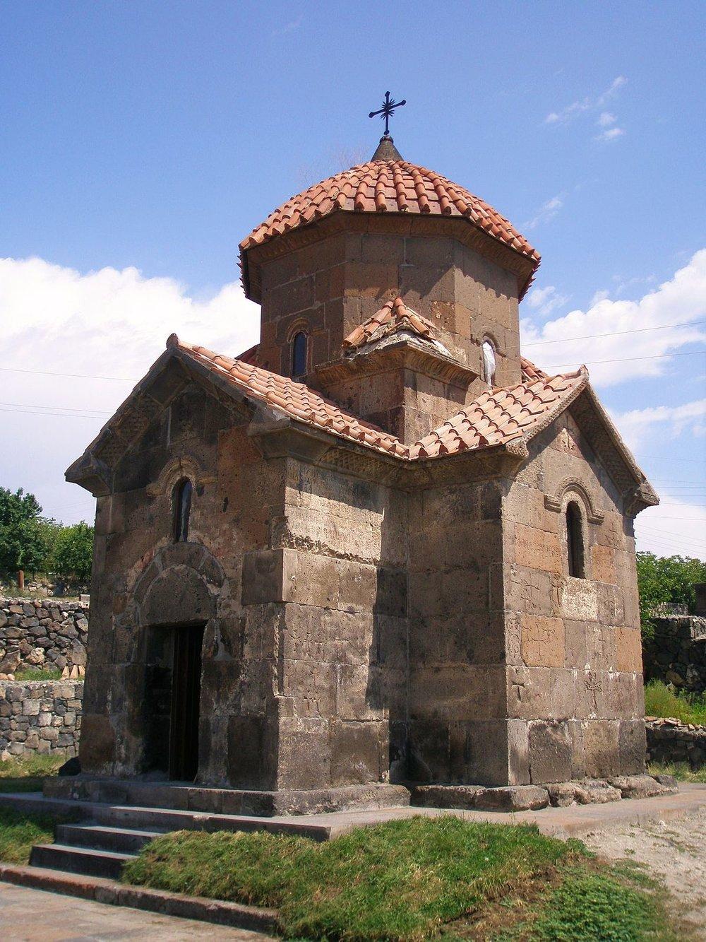 Церковь Кармраворрасположена в провинцииАрагацотнской области.Храм построен в VII веке священниками Григорием и Манасом. Он представляет собой небольшое строение крестообразной формы, на крыше установлен восьмиугольный барабан.  Рядом - могила поэта Геворга Эмина