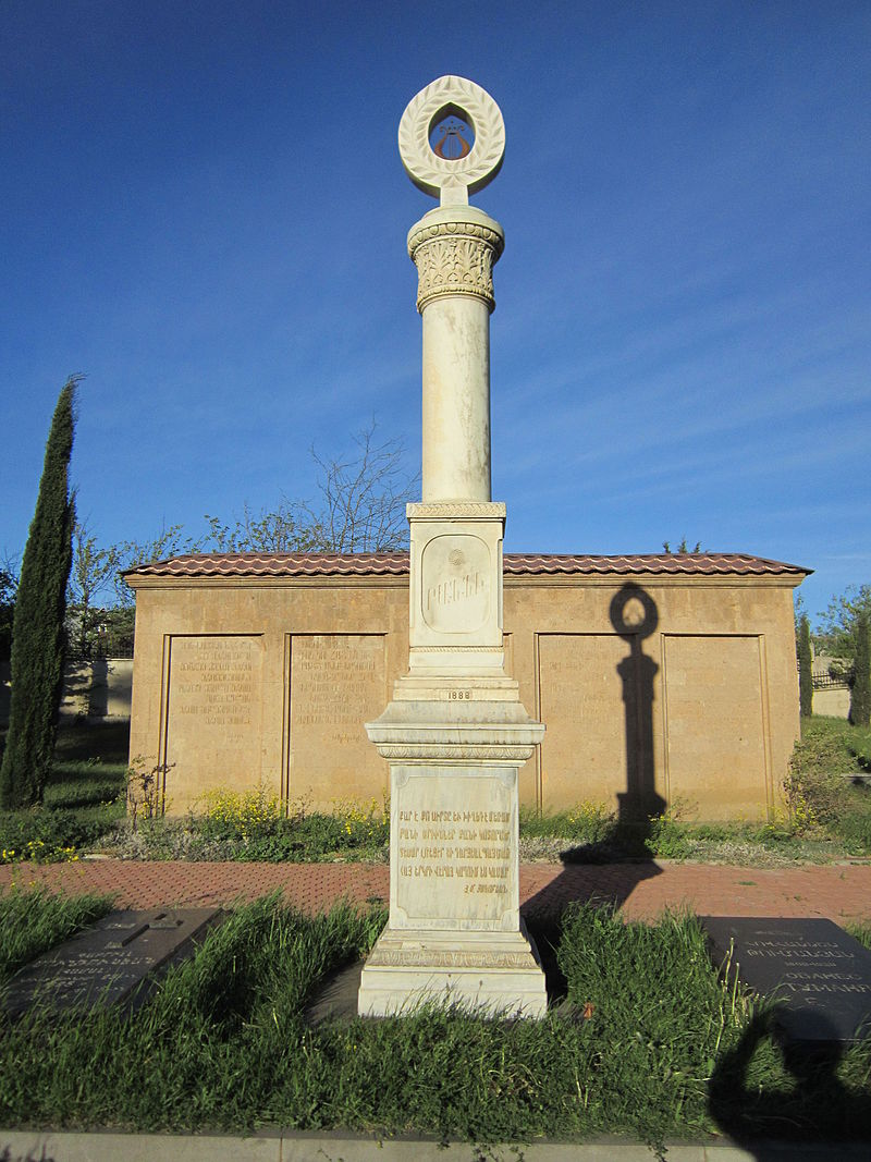 Могила Раффи в Тбилиси на армянском кладбище Ходжаванк