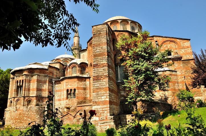 Константинопольская Православная Церковьтребует от турецких властей открыть богословскую школу на острове Халки. Она остается закрытой с 1971 года.
