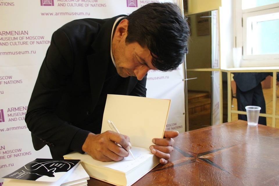 Поэт преподнес в дар армянскому Музею Москвы ретопринтное издание того самого сборника армянской поэзии, который ровно сто лет назад был подготовлен и издан Валерием Брюсовым.