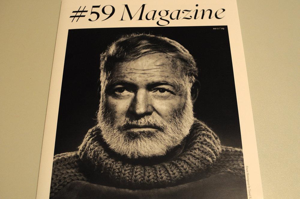 Четвертая жена Эрнеста Хемингуэя – Мэри Уэлш – обрадовалась этому портрету больше всех. Фотограф из множества вещей выбрал ее подарок на день рождения писателя – вещь баснословно дорогую, ручной вязки от Диора.