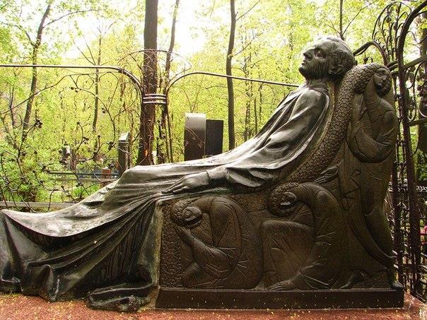 Памятник на могиле миллионера начала XX века Николая Тарасова (Торосяна). Автор скульпторы Николай Андреев
