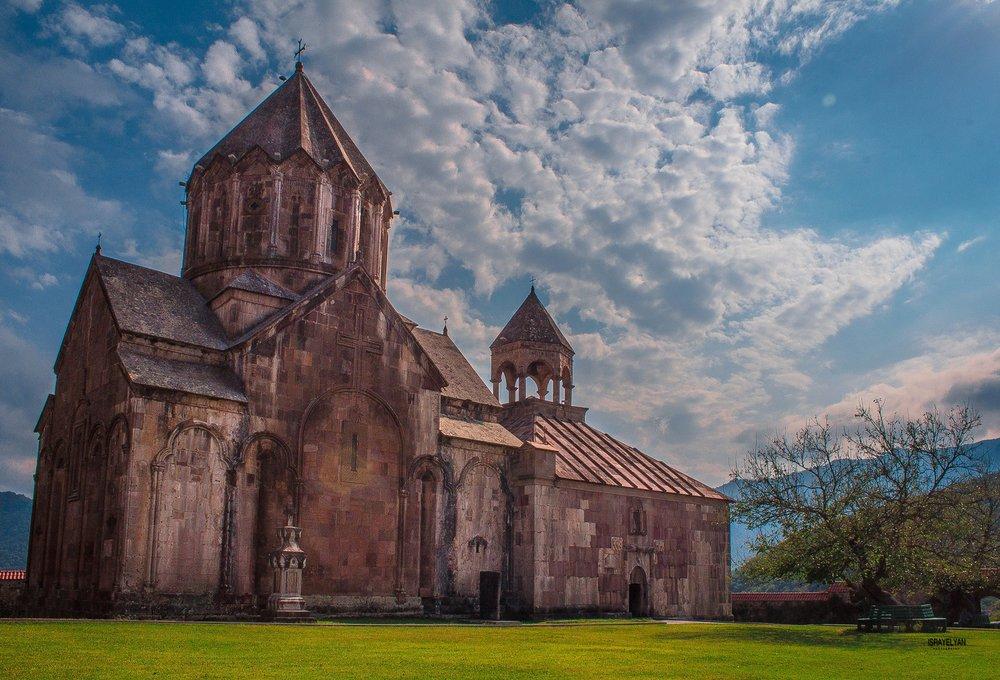 Гандзасар впервые упоминается армянским католикосом Ананием Мокаци в середине X века. Новый, известный в настоящее время храм, построен князем Гасан-Джалал Дола «мужем благочестивым, богобоязненным и скромным, армянином по происхождению» на месте старого храма, упоминаемого в X веке, и торжественно освящён 22 июля 1240 года