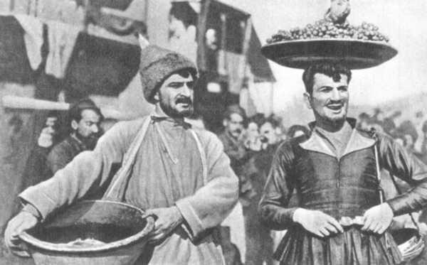Довоенные годы, годы Великой Отечественной войны - 1935 год вошел в историю мирового кино — как год выхода на экраны первого цветного фильма «Бекки Шарп» (первый в мире полнометражный фильм в цвете). Это была экранизация романа Уильяма Теккерея «Ярмарка тщеславия» американского режиссера армянского происхождения Рубена Мамуляна.