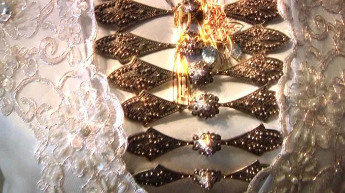 Наряд невесты Осетии заслуживает особого внимания. Он неповторим в своем изяществе, красоте. Осетинское свадебное одеяние украшено разнообразными камнями, вышивкой. Такой декор делает наряд тяжелым и одновременно роскошным.