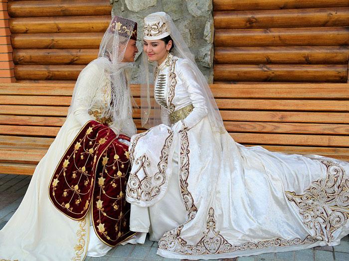 Национальная одежда имеет тысячелетнюю историю, в ее элементах встречаются мотивы скифо-сарматской и аланской культур. Женский костюм богато украшался вышивкой, бисером, орнаментальным рисунком. На свадебном женском наряде изображались символы плодородия.