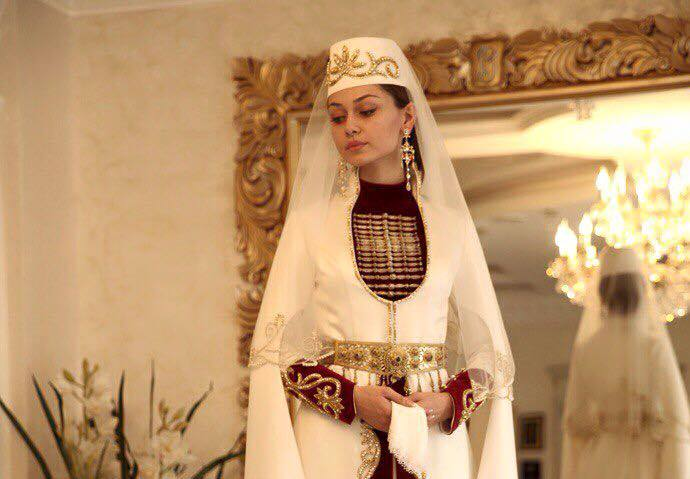 У одного алдара (дворянин, господин) владетеля одной страны, была такая красивая дочь, что месяц и звёзды видели в ней себя, как в зеркале.