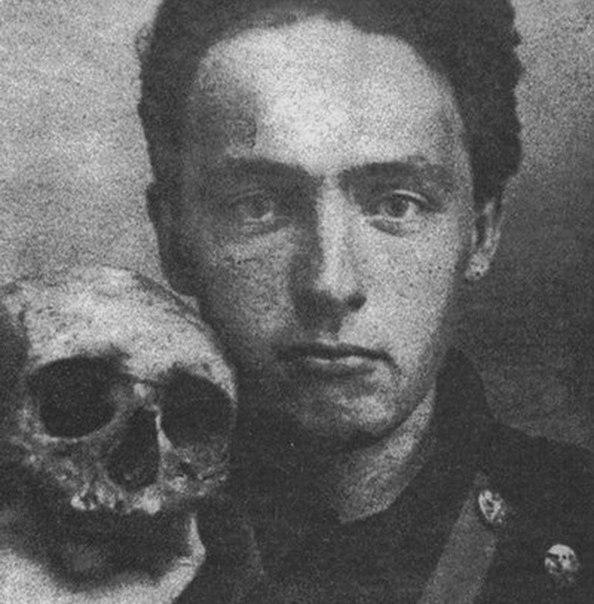 Велимир Хлебников (настоящее имя: Виктор, 1885-1922) 9 ноября 2015 года исполнилось 130 лет со дня рождения великого поэта, философа, орнитолога и математика, чья деятельность не регистрируются в пределах своего времени.
