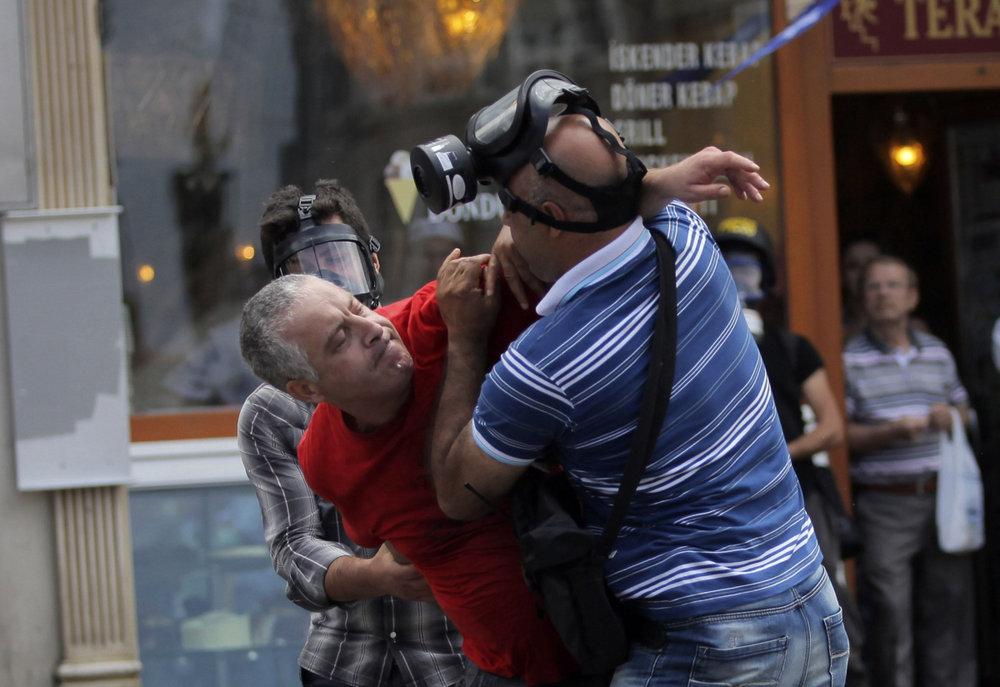 Протесты, которые начались 28 мая 2013 года на площади Таксим в центре Стамбулаи затем охватили также другие районы города и другие города Турции.фото с сайта www.thestar.com