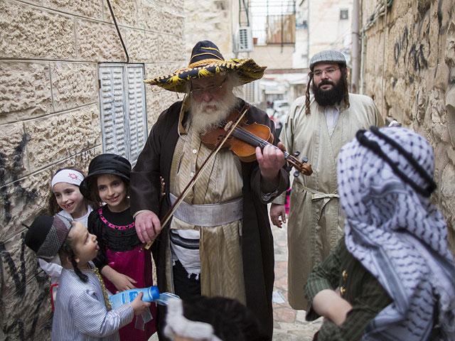 Евреи встречаются чудовищно разные, просто немыслимо разные. Мне один американский импресарио говорил: «Если еврей одет скромно и ведёт себя просто, он из Москвы или Ленинграда. Если одет потрясающе красиво и надменный – он из Бобруйска»…