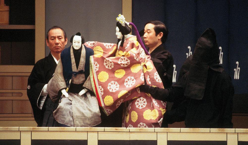 Искусство «Бунраку» интересно рассматривать в религиозном и эстетическом аспектах. Тогда как театр «Кабуки» сопровождали ещё и скандалы фото www. uofuhistoryoftheatre.wordpress.com