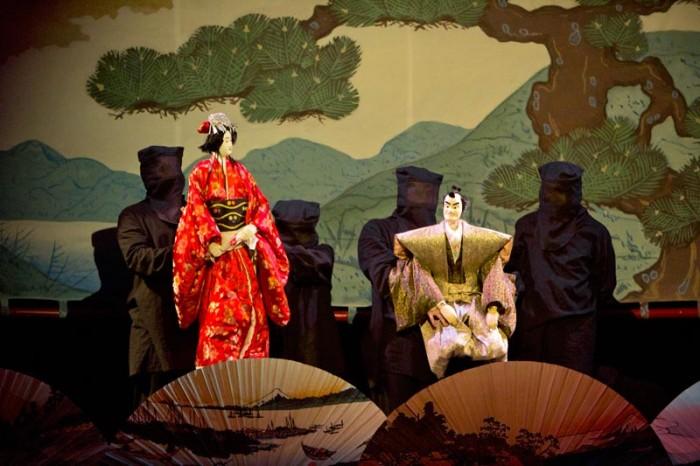 Куклы для представлений «Бунраку» большие, обычно в половину и чуть больше человеческого роста, и куклами-главными героями, как правило, управляют по три кукловода.www. weirdasia.ru
