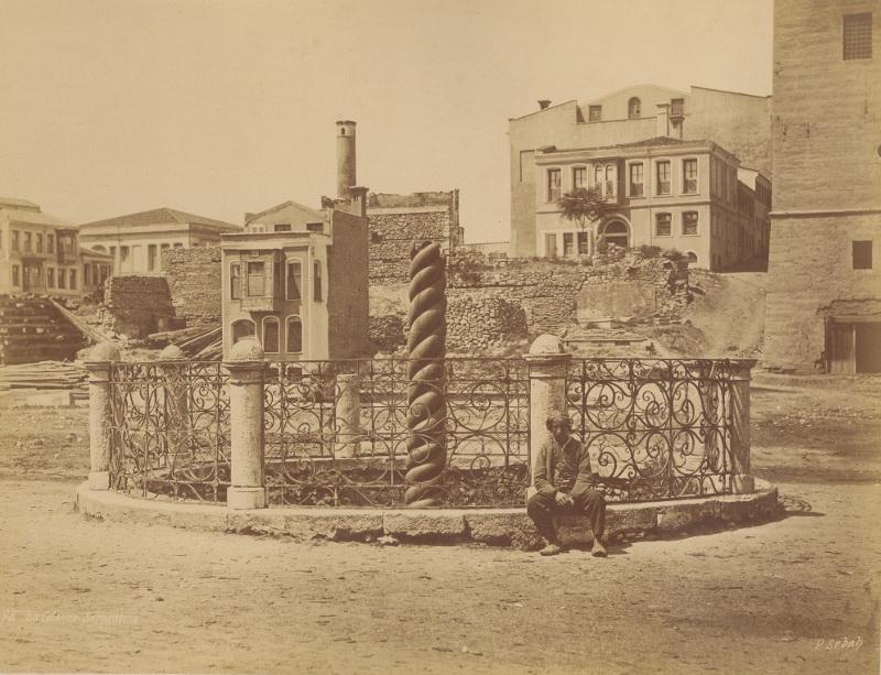 Змеиная колонна на главной площади Константинополя Султанахмет 1850-1860-e сорание Павла и анны хорошиловых.jpg