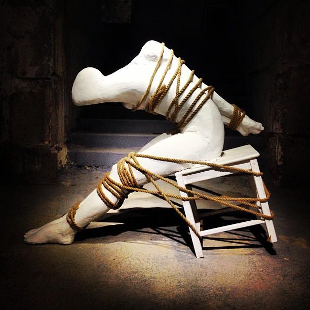 Самая интересная его работа – «Борьба»:японское искусство ограничения подвижности тела человека при помощи верёвок (сибари или шибари) у Гургена приобретает мощный экспрессионизм