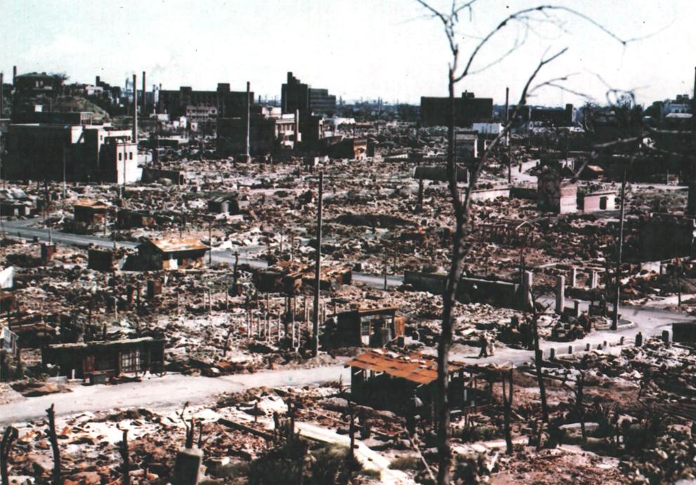 Цветная фотография руин Центральной Хиросимы осенью 1945 года. (U.S. National Archives)