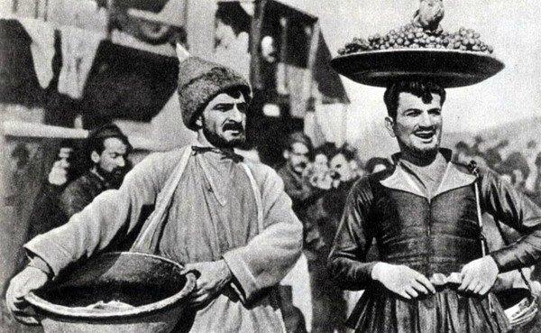 """Лента Амо Бек-Назаряна """"Пепо"""":1870 год. Тифлис, армянский квартал. К скромной, работящей, красивой Кекел, сестре рыбака Пэпо, посватался торговец Дарчо. И для него было немаловажно, что как приданое, за девушкой дают 1000 рублей, которые были отданы несколько лет назад богатомукупцу Зимзимову на хранение ее отцом, сейчас уже покойным. И надо же такому случится, расписка была потеряна (Арменфильм в1935 год"""
