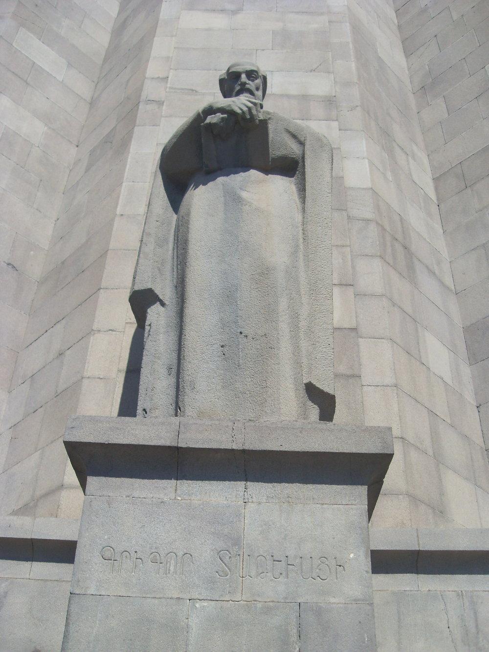 Памятник Григору Татеваци перед зданием Матенадарана