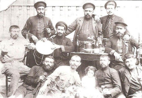 Полоз Мукуч, третий слева, с барабаном