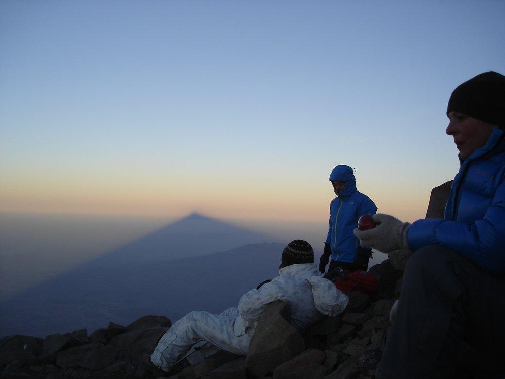 Гора сбоку, располагающаяся в районе Игдыра, - всего лишь тень Большого Арарата на восходе..jpg