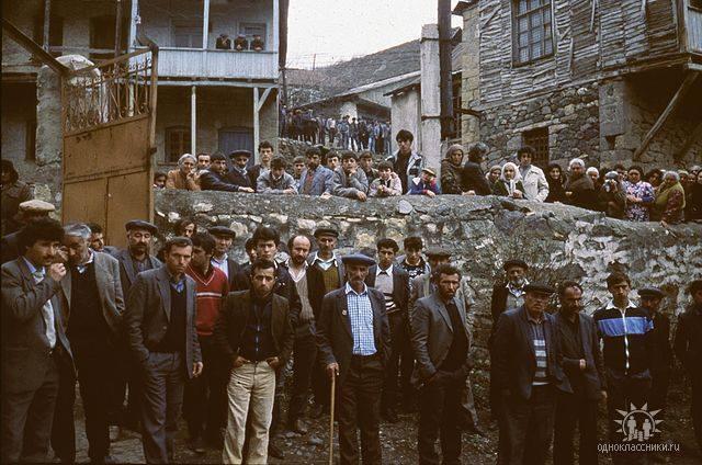 Эту последнюю фотографию жителей армянского села Геташен, попавшую под этническую чистку советских и азербайджанских войск в апреле 1991 года, разместил в социальной сети потомок одного из жителей