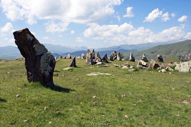 В Армении и в других районах есть подобные объекты, правда, меньшего масштаба, например менгиры Шамирана и Талиша, раскопки в Мецаморе.