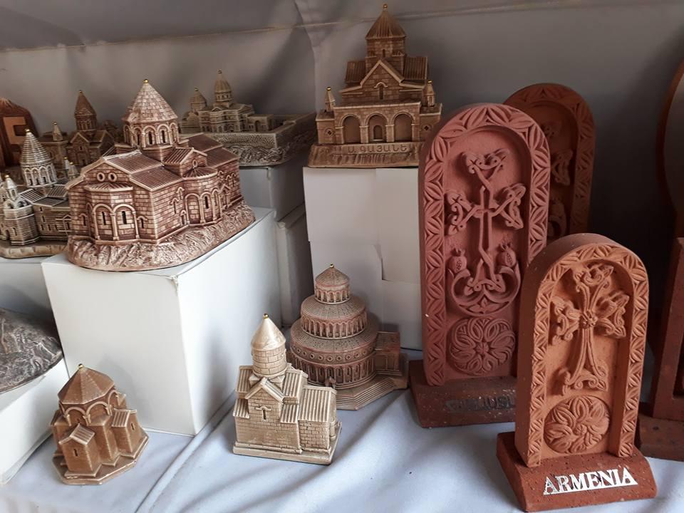 На Вернисаже. Модели средневековых армянских храмов и уменьшенные копии хачкаров из красного туфа