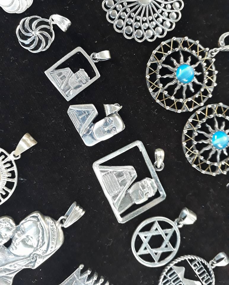 Карабахские мотивы на ереванском Вернисаже. И даже на серебряных подвесках.