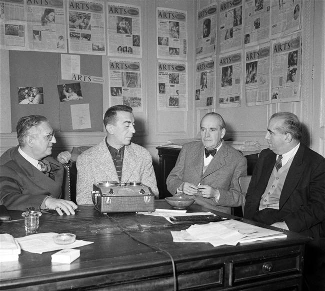 Габриэль Ару среди видных представителей французской интеллигенции. Ару крайний справа
