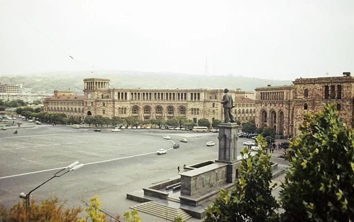 Советская Армения - После установления в Армении советской власти началась активная индустриализация страны. В 1930 году началась массовая коллективизация. Всего за годы советской власти в Армении было построено 362 крупных промышленных предприятия, 20 крупных и средних электростанций.