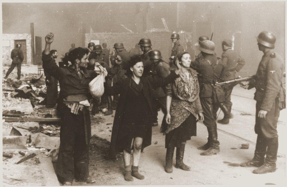 Расстрел узников Варшавского гетто в 1943 году. Фотоoldpicz.com
