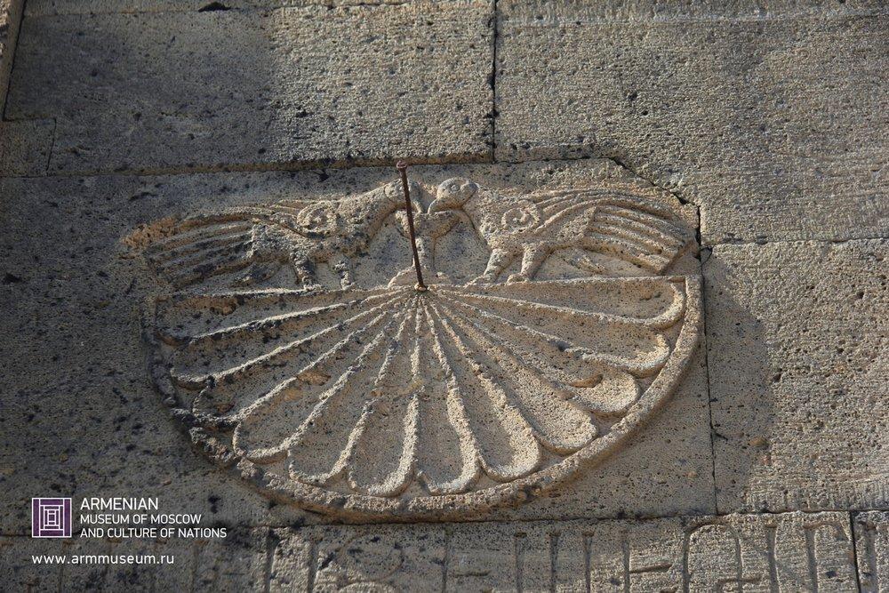 ....  Солнечные часы, монастырь  ..  ТанаатSundial, Tanahat monastery  ..  Արեգակնային ժամացույց, Թանահատի վանք  ....