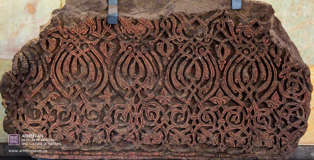 ....  Обломок карниза, XII-XIII в.  ..  An eave's fragment, XII-XIIIth cent.  ..  Քիվի բեկոր, XII-XIII-րդ դդ.  ....