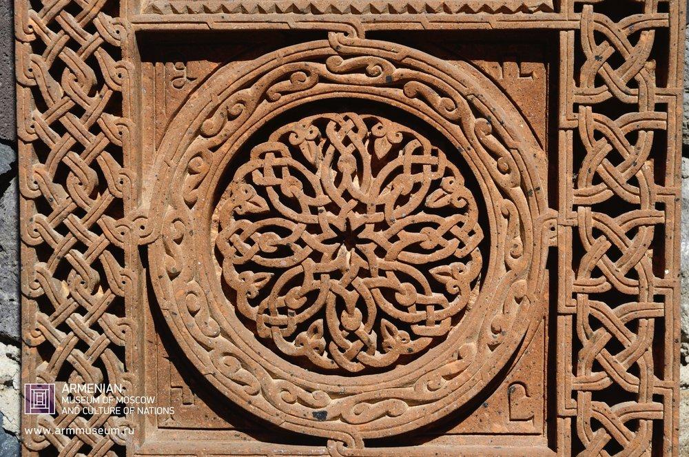 ....  Орнамент на хачкаре  ..  A tracery khachkar  ..  Խաչքարի գեղաքանդակ  ....