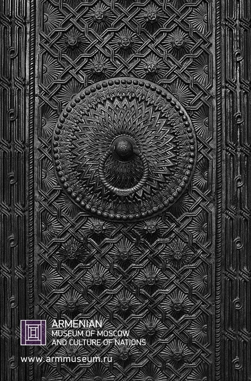 ....  Средневековая дверь с орнаментами  ..  Medieval door with ornaments  ..  Միջնադարյան գեղաքանդակներով դուռ  ....