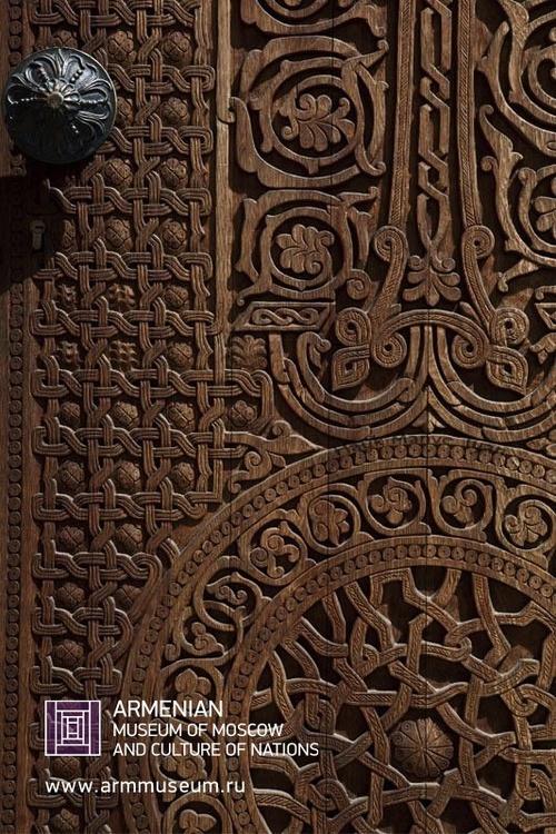 ....  Деревянный орнамент на двери.  ..  Wooden ornament on a door.  ..  Փայտյա դռան գեղաքանդակ  ....