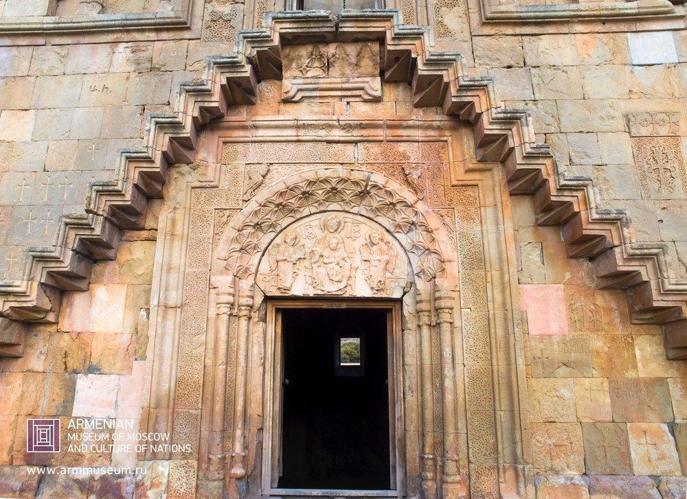 ....  Вход в монастырь Нораванк  ..  The entrance to the Monastery of Noravank  ..  Նորավանքի եկեղեցու մուտքը  ....