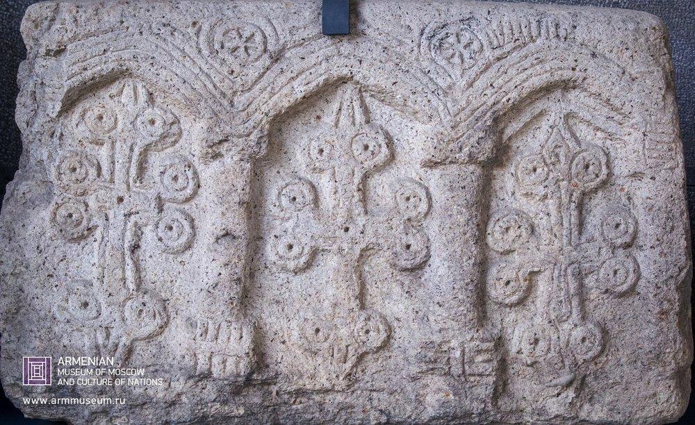 ....  Могильная плита, XIV г.  ..  A gravestone, XIVth cent.  ..  Տապանաքար, XIV-րդ դ.  ....