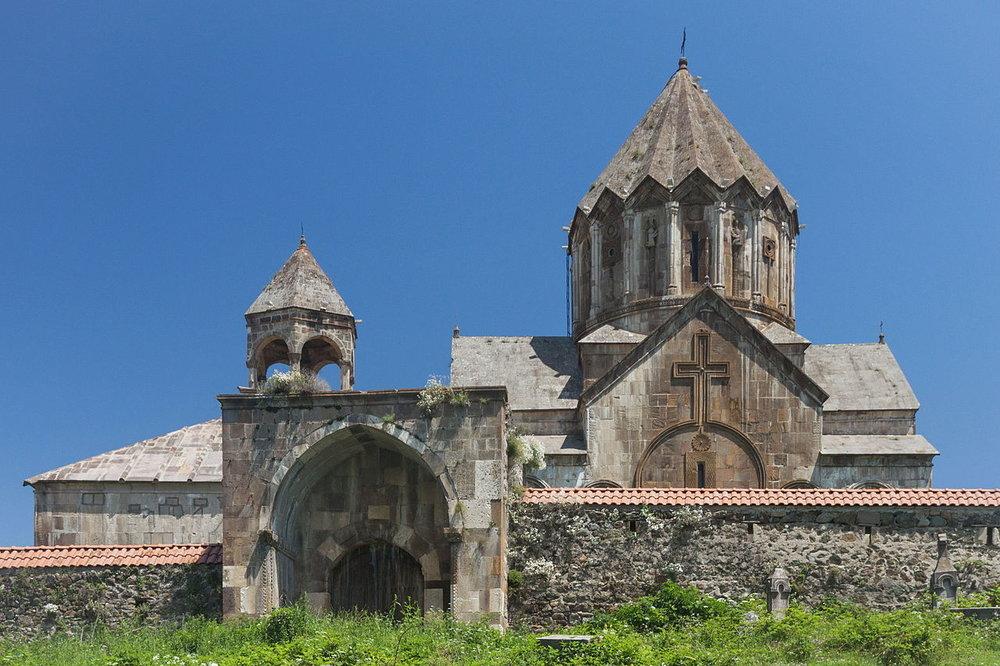 Вид_на_Гандзасарский_монастырь,_Нагорный_Карабах.jpg