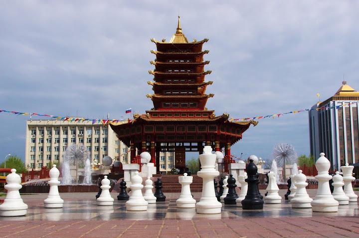 Калмыки, как и армяне, тоже очень любят играть в шахматы. Но за армянами, говорят, угнаться не могут, ведь Армения - шахматная столица мира.