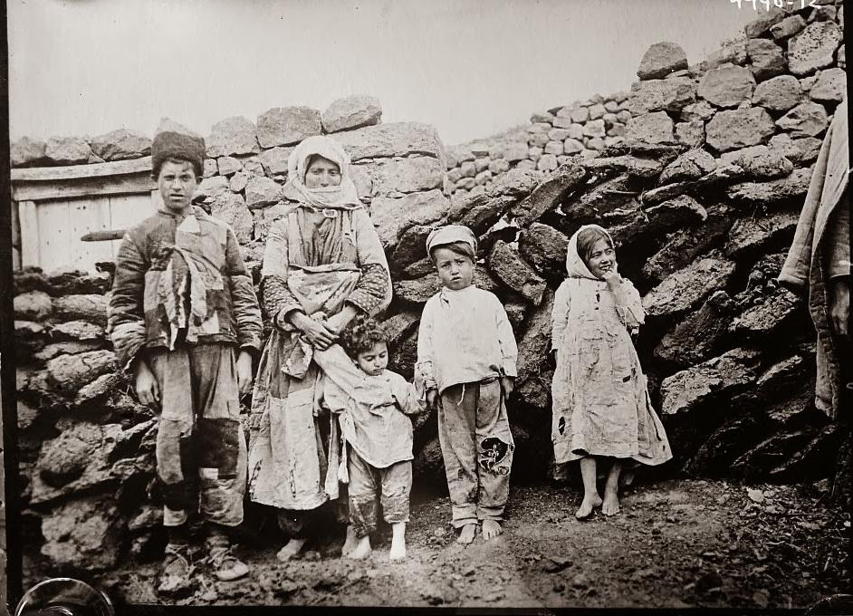 Армяне, хоть и были крепкой нацией, все-таки жили в суровом климате. Окружающая среда и особенно эпидемии уничтожили самых слабых. До 1844 года, чума регулярно свирепствовала в Армянском нагорье, иногда выкашивая до половины жителей в городских поселениях и немногим меньше в сельской местности. фотоimg-fotki.yandex.ru