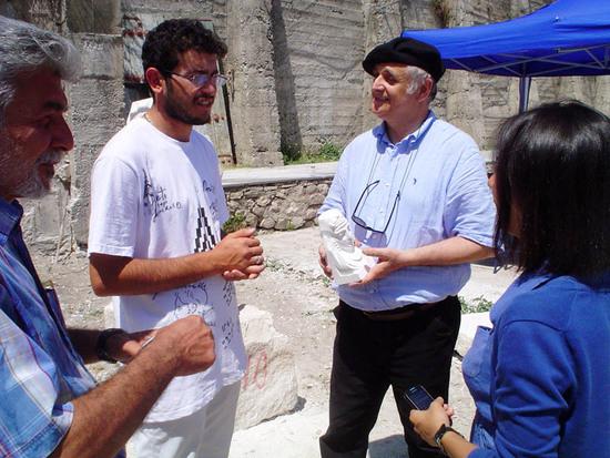 Молодой скульптор Давид Саркисян дарит Роберто Джиованелли свою работу. Арцах, Шуши, 2011