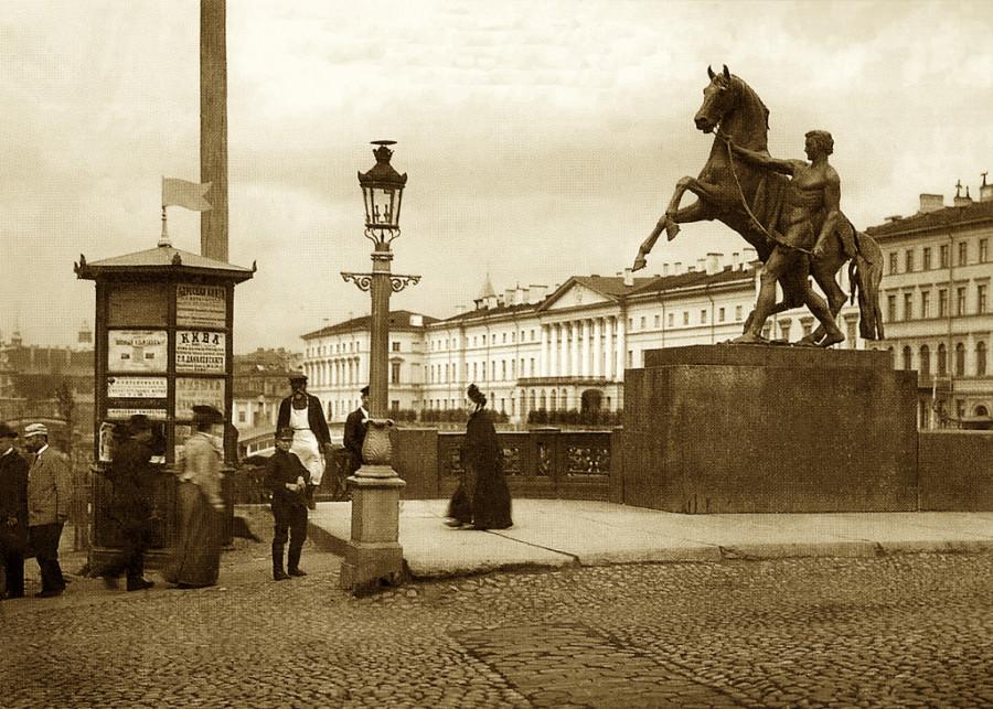 Аничков мост через 70 лет после описываемых Лорисом событий молодости. фотоoffbeatpiter.ru