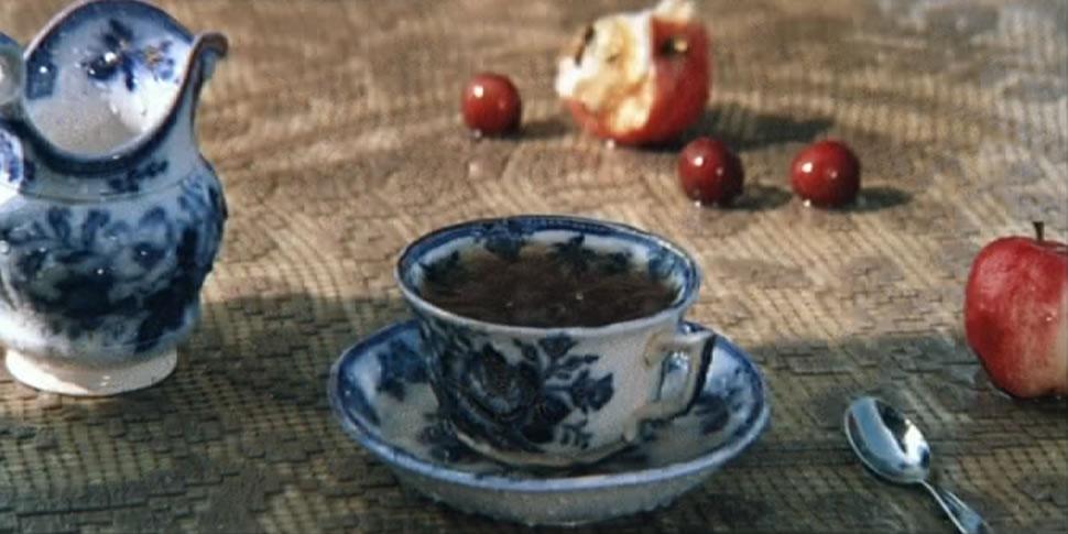 Наполнение стерильного пространства маркерами бытия: дождь, огрызок яблока, забытая чашка с чаем