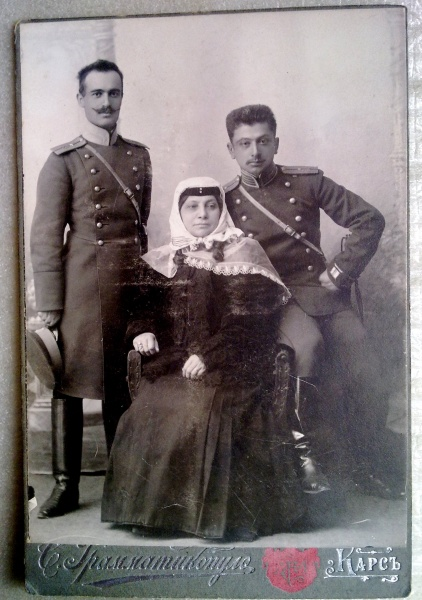 Николай Саркисович Асланянц с семьей.