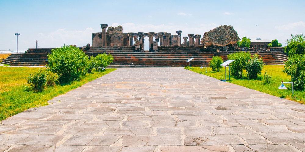 Армавирская область - Административным центром Армавирской области является город Армавир. До 1932 года он назывался Сардарапат. Неподалеку от Армавира находится мемориальный комплекс «Сардарапат», возведенный на месте Сардарапатского сражения и увековечивающий победу над регулярной турецкой армией армянскими вооруженными формированиями и народным ополчением в 1918 году.