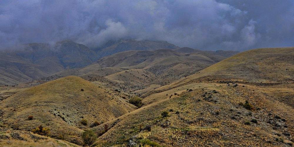 Вайоцдзорская область - Вайоцдзорская область — наименее населенная среди областей Армении. Ее административный центр — город Ехегнадзор. Вайоц Дзор богат ущельями («дзор» в переводе с армянского — «ущелье»). Область славится своими альпийскими лугами, усыпанными разнотравьем и цветами.