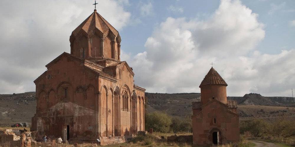 Ширакская область - Гюмри — административный центр Ширака и второй по численности населения город Армении.Одним из известных мест в Гюмри считается Черная крепость, построенная в 1830-х годах. С ее стен открывается отличный вид на город и гору Арагац. Рядом с крепостью расположен монумент «Мать Армения». В 1886 году из черного туфа была построена русская церковь. Церковь Архистратига Михаила местные жители называют Плплан Жам, то есть «Сверкающая церковь».
