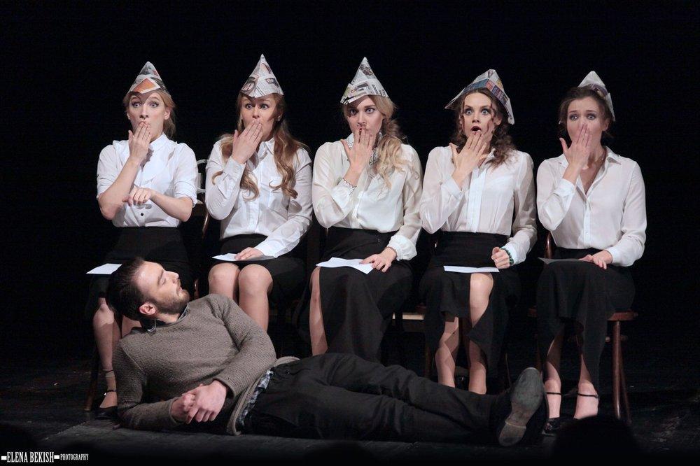 На сцене играют выпускники Театрального института им.Бориса Щукина при театре Евгения Вахтангова.